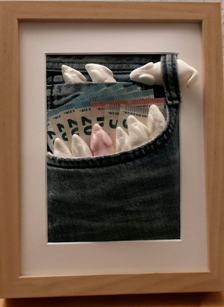 Mäuse schenken. Materialien: ein Ikea Bilderrahmen 13x18 cm, eine alte Jeans und Schaummäuse. Weniger als 5 Euro und 10 Minuten Aufwand. Die Glasscheibe kann hinter die Jeans. Dann kann man den Rahmen wiederverwenden. Das Geld zur Sicherheit von innen an die Tasche tackern.