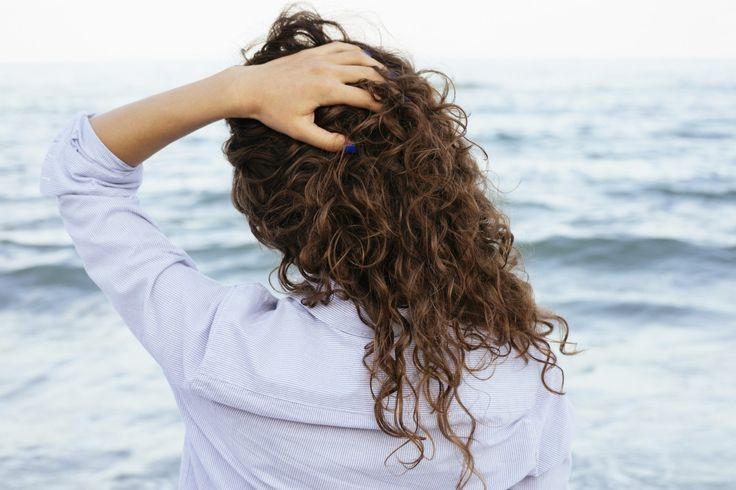Du hast Naturlocken oder Wellen und willst diese ohne viel Styling toll aussehen lassen? Dann probier's mal mit Plopping! http://www.erdbeerlounge.de/frisuren/haarstyling/plopping-schoenere-locken-dank-eines-t-shirts/