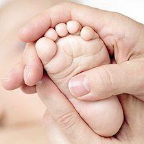 Mit behutsamen Griffen die Selbstheilungskräfte mobilisieren – das ist das Ziel der Osteopathie. Wie sie funktioniert und wann sie Babys helfen kann. © Thinkstock