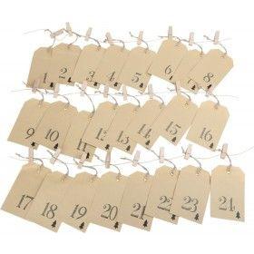 Už vás nebavia sladkosťami naplnené adventné kalendáre? Adventné kalendáre sú medzi deťmi v čase adventu veľmi obľúbené. Buďte originálni a pripravte pre vaše dieťa ten najkrajší adventný kalendár. 24 papierových vrecúšok (14 x 9,5 x 0,1 cm) je označených číslicami a s vianočným motívom stromčeka. Adventné vrecko s kovovým krúžkom, cez ktorý je navlečený špagát treba už len zavesiť pomocou dreveného štipca (4,5 x 1,5 x 1 cm) na pribalenú šnúru.