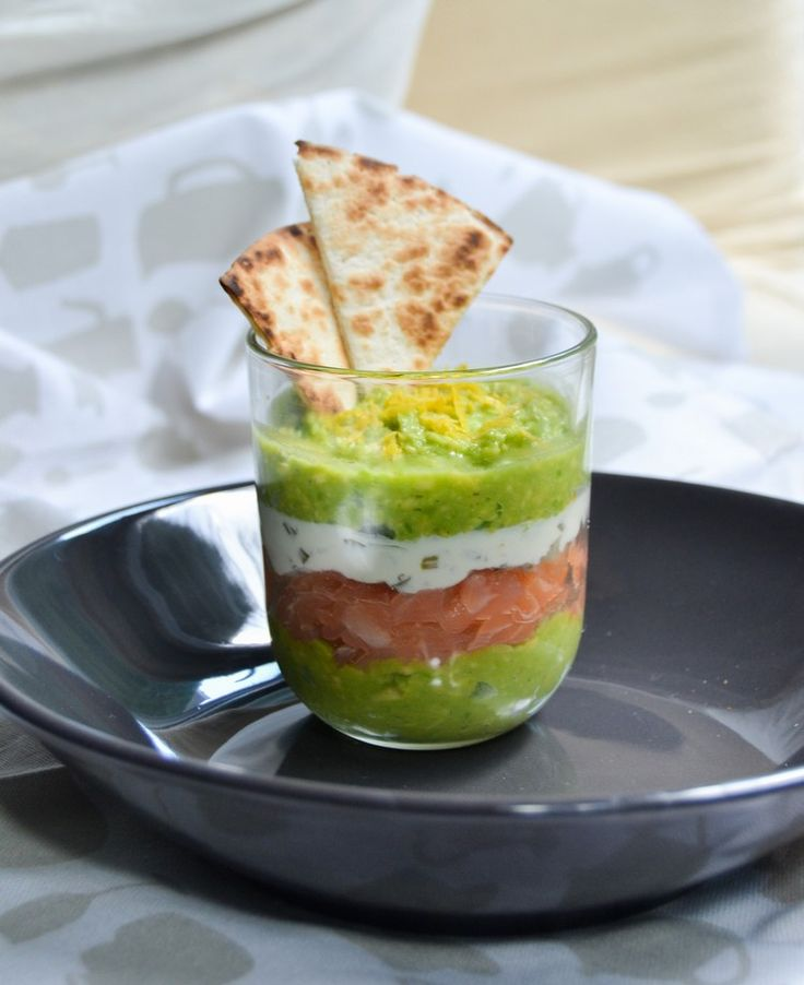 Vorspeise im Glas mit Guacamole und Lachs