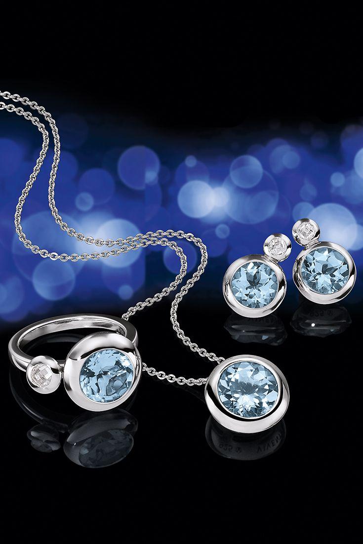 Der zart hellblau strahlende Blautopas harmoniert perfekt mit dem modernen und hochwertigem Sterling Silber.