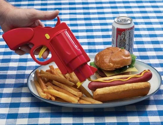"""Condimenti gun. Pistola giocattolo dotata di 2 """"caricatori"""" per servire le vostre salse in modo davvero originale! :D  www.angelinashop.com"""
