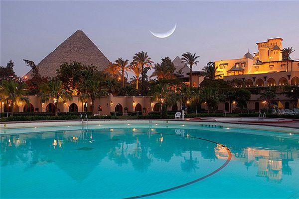 カイロのギザ地区にあり、圧巻のピラミッドを望めるホテル「メナ ハウス ホテル(Mena House Hotel)」。ピラミッドに最も近いホテルとして有名で、プールに浮かびながらピラミッドを見ることも。