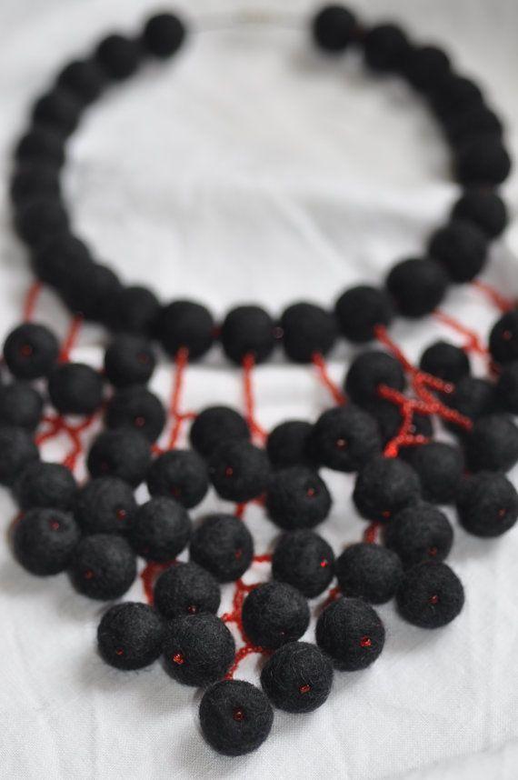 Collana di infeltrito gioielli unici gioielli nero di FeltNecklace