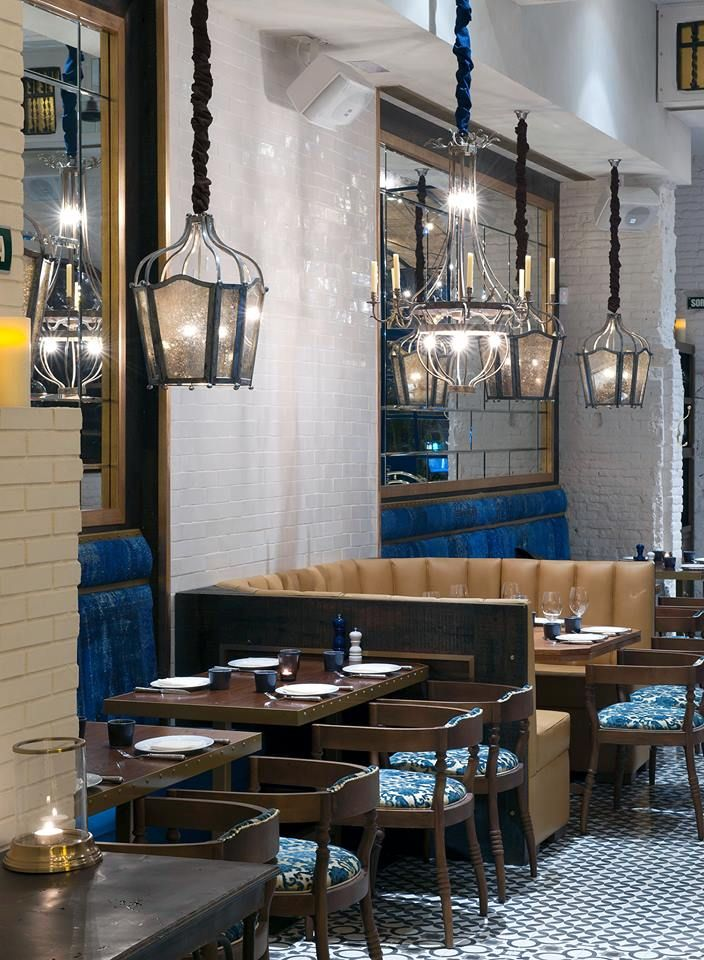 Chez Cocó, un restaurante rôtisserie ubicado en la Diagonal de Barcelona y cuyo interiorismo lo firma Lázaro Rosa-Violán.