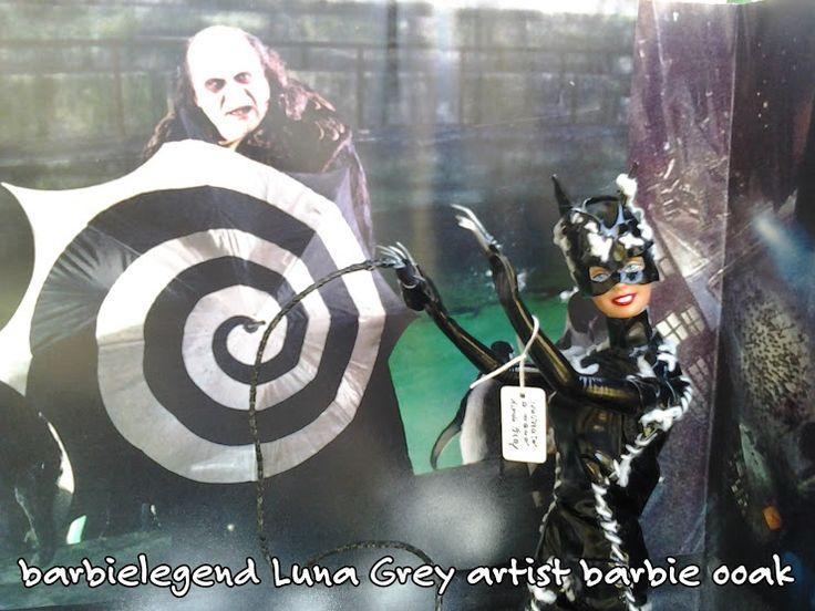 Una delle mie opere sulla quale ho lavorato a lungo.....la diabolica e terribile Catwoman,un personaggio dei fumetti creato da Bob Kane e Bill Finger nel 1940,dedita al furto e originariamente creata come supercriminale e antagonista di Batman.In questa ricostruzione ho utilizzato simil-pelle lucida per l'outfit,gli artigli in acciaio,face up,frusta in corda rigida e ridipinta..tutta rigorosamente realizzata a mano in ogni minimo dettaglio.Il gatto repaintato completamente. Luna Grey artist