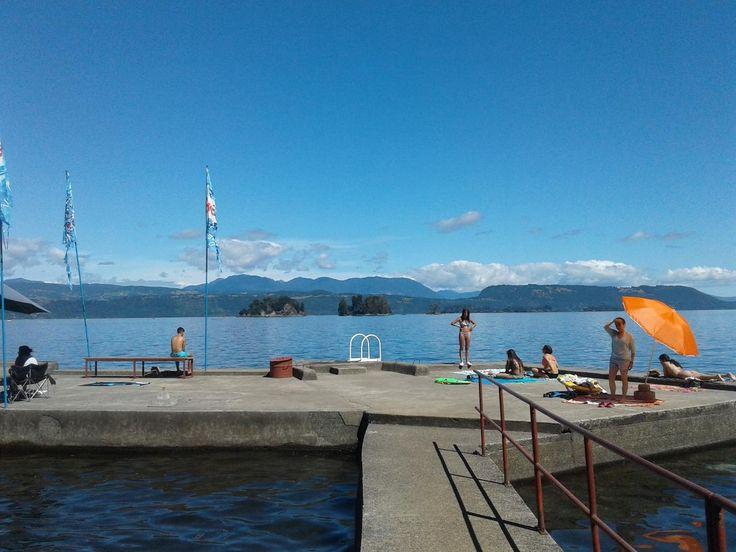 Contamos con una gran terraza a orilla del lago y a solo unos metros de la zona de camping