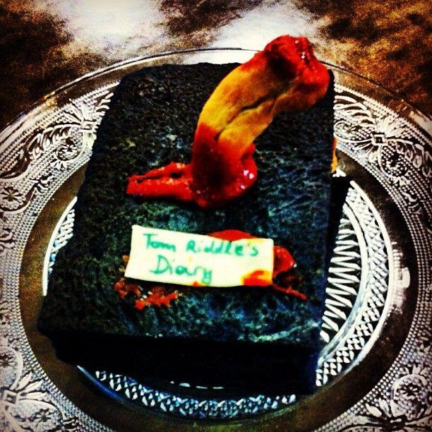 Tom Riddle's Diary: Το περιβόητο ημερολόγιο που ο Ξέρεις-Ποιος έκρυψε το πρώτο κομμάτι της ψυχής του! Αυτό το σκοτεινό αντικείμενο καταστράφηκε με το δόντι του Βασιλίσκου (ενα τεράστιο φίδι φαντάσου). Εμείς το μεταμορφώσαμε σε ενα υπέροχο γεμιστό ψωμί με κοκκινιστό μοσχάρι!