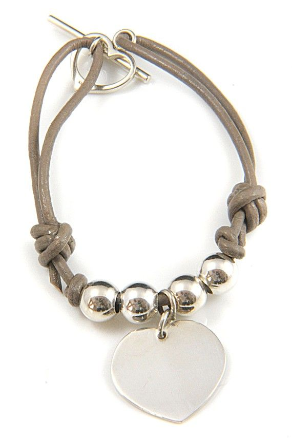 Artículos similares a Contemporary Silver Heart & Leather Charm Bracelet that Can Be Engraved en Etsy