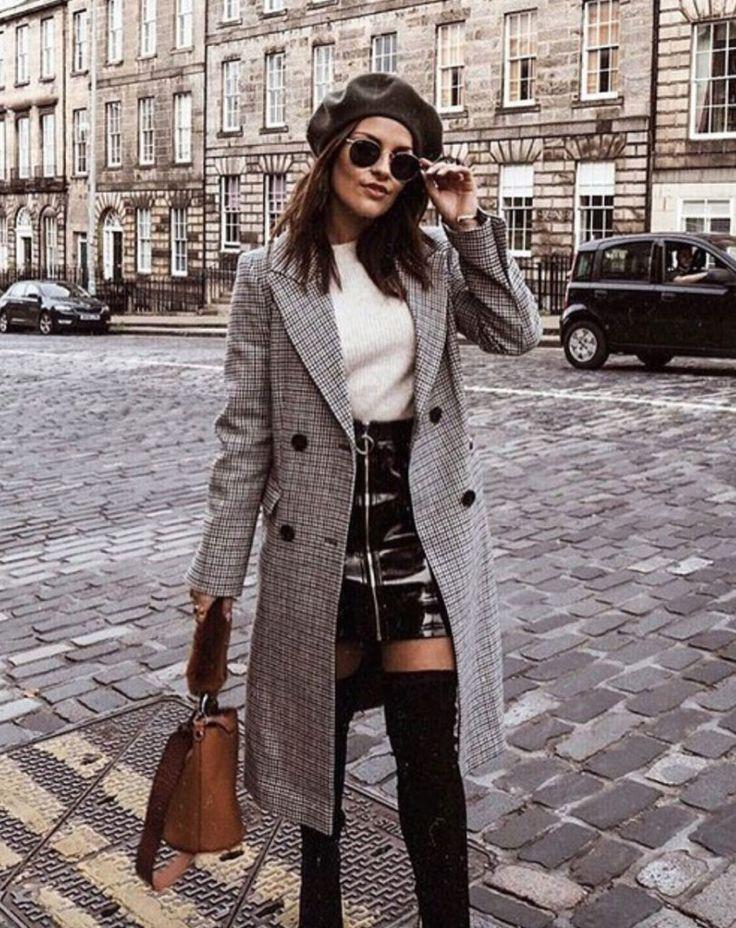 On enfile un manteau pied de poule pour assagir cuissardes & mini jupe en vinyle
