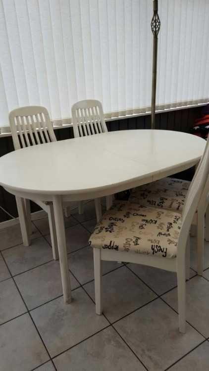 Ovalt bord med 6 st stolar (behov av målning) 1000 kr Frysskåp m 3 fack 500 kr
