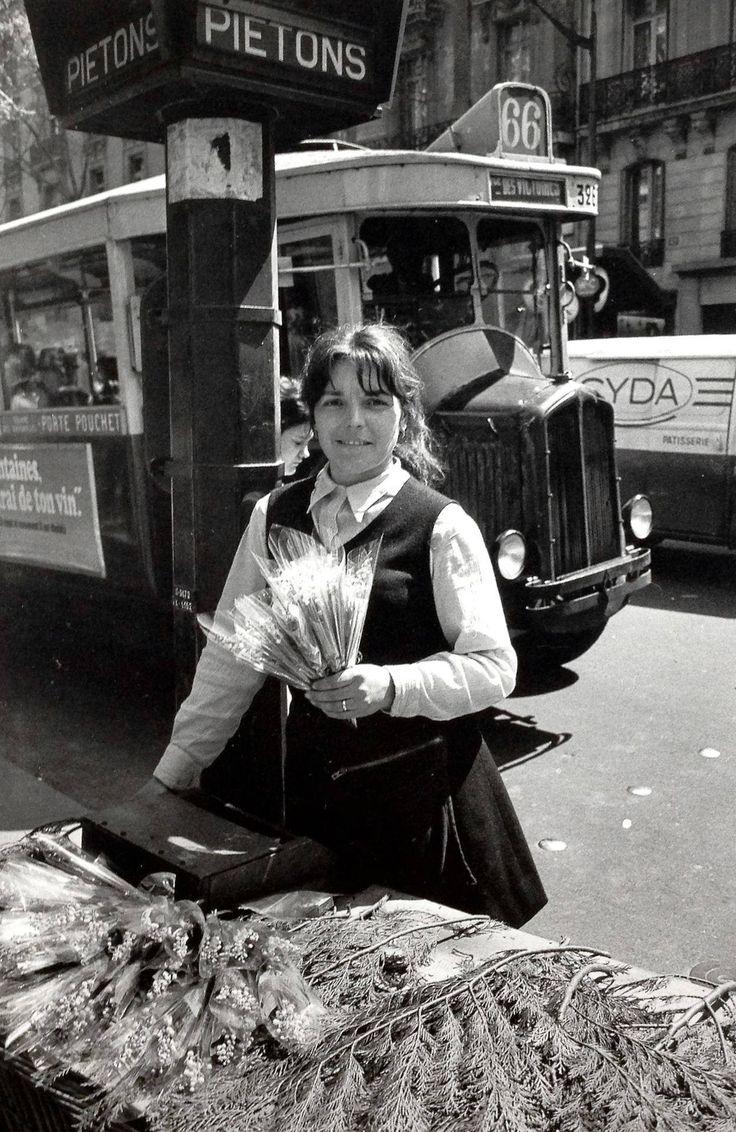 Robert Doisneau - Vendeuse de muguet, 1er mai 1969.