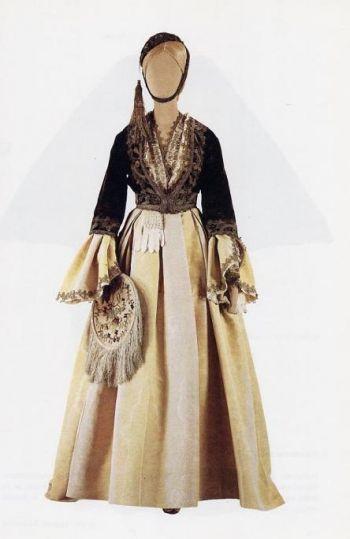 """Ενδυμασία τύπου """"Αμαλίας""""    - Ανήκε στην Κονδύλω Γ. Κουντουριώτη, σύζυγο του Αθανασίου Μιαούλη, υπασπιστή του βασιλέως Όθωνα και πρωθυπουργού της Ελλάδος. Αρ. κατ. 2708"""