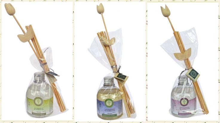 Odorizantes de Ambiente **Aroma Floral: óleos essenciais de rosa, lavanda, alecrim e gerânio. Composição de aromas que ajudam harmonizar o emocional. **Ambiente Puro: óleos essenciais de alecrim, lavanda, cedro, eucalipto, olíbano, menta piperita. Composição de aromas que purificam a esfera astral. **Energizantes: óleos essenciais de alecrim, rosa e petgrain. Composição de aromas revigorantes e estimulantes.  http://www.revendaamaterra.com.br/loja/espaco-ngmarketplace