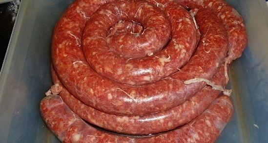 Boerenworst, een Zuid-Afrikaans uitvindsel qua smaak. Dit lijk niet veel te worden als je naar de ingrediënten kijken, maar de smaak is echt voortreffelijk. Ik kan met geruste hart zeggen dat na zoveel jaar experimenteren, ik deze combinatie van kruiden in boerenworst mijn aller, aller, aller lekkerste boerenworst vinden. Natuurlijk kan je ook hamburgers of gehaktballen van de worstvulling maken, maar een worst is een worst en een bal een bal.