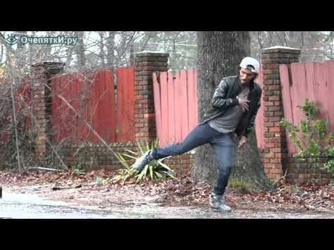 Este chico salió a bailar a la calle. No dejes de ver sus piernas ni un momento...