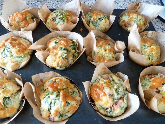 V míse smícháme mouku, sůl, kypřící prášek, jedlou sodu a většinu sýra.  V druhé misce si prošleháme vejce, rozpuštěné máslo a podmáslí....