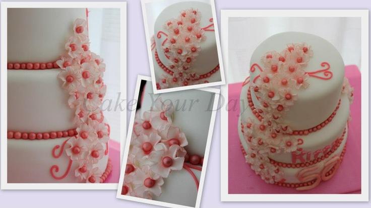 Bruidstaart met roze bloesem. Pink flowers cake