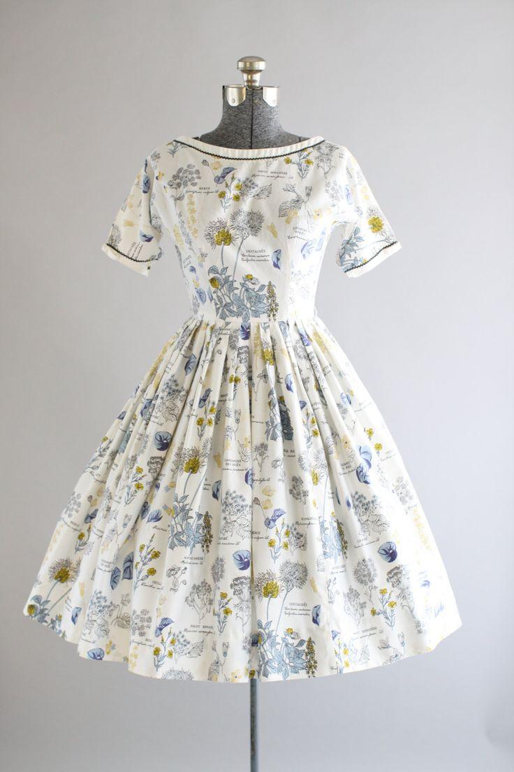 Deze fantastische jaren 1950 Lanz originelen katoenen jurk beschikt over een prachtige botanische nieuwigheid afdrukken. Ric-rac trim op de hals en mouwen. Snaps en decoratieve bogen op de mouwen. Gesmoord taille en volledige geplooide rok. knoppen en haak en oog slotjes op achterkant jurk. Zeer goede vintage staat. Let op: ik zag een of twee kleine merken op rok, niet zichtbaar bij het dragen. Petticoat gedragen onder rok voor toegevoegde volheid.  Label Lanz originelen Katoen stof…