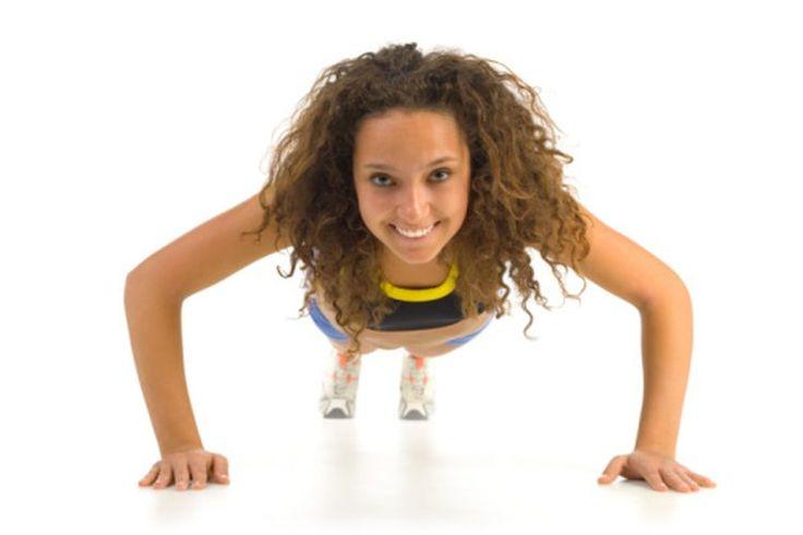 ¿Cuántas lagartijas debe hacer una mujer para tener brazos definidos?. Las lagartijas primeramente desarrollan los músculos del pecho, pero también incluyen tus hombros y tríceps. De acuerdo a Kyle Brown de la National Strength and Conditioning Association, son por mucho, el ejercicio más versátil ...