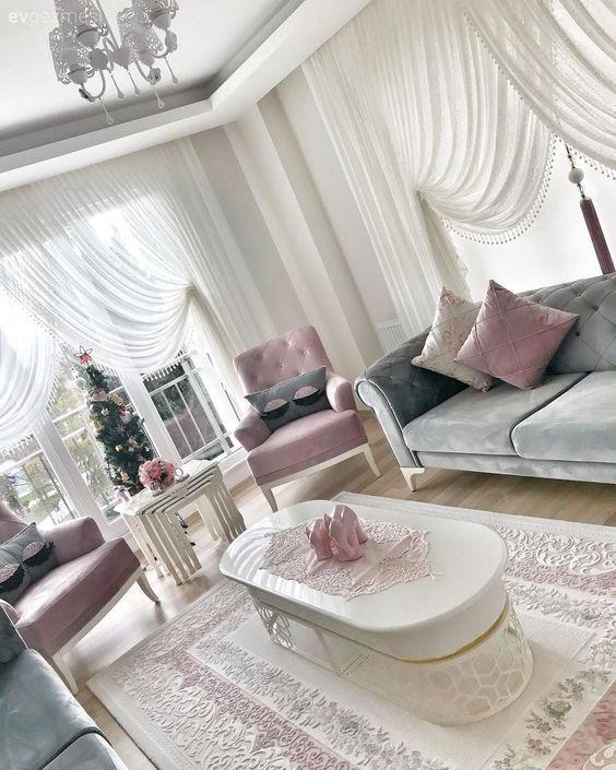 Oval mobilyalar, tatlı ve şık bir dekor. Ezginur hanımın salonu..