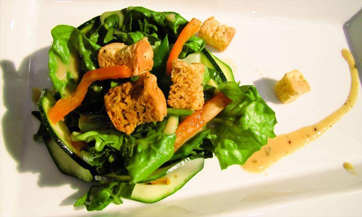 El jengibre ayuda a prevenir resfriados, ayuda a reducir el colesterol y hasta alivia la acidez. Por eso una vinagreta de jengibre es perfecta para esta ensalada de rúgula.
