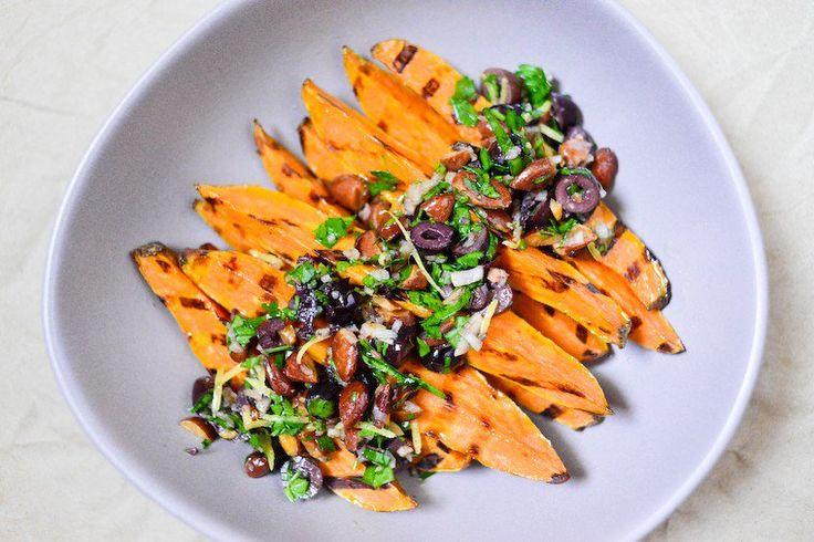 Patates douces grillées, olives noires et amandes Recette sur Chocolate & Zucchini en VF
