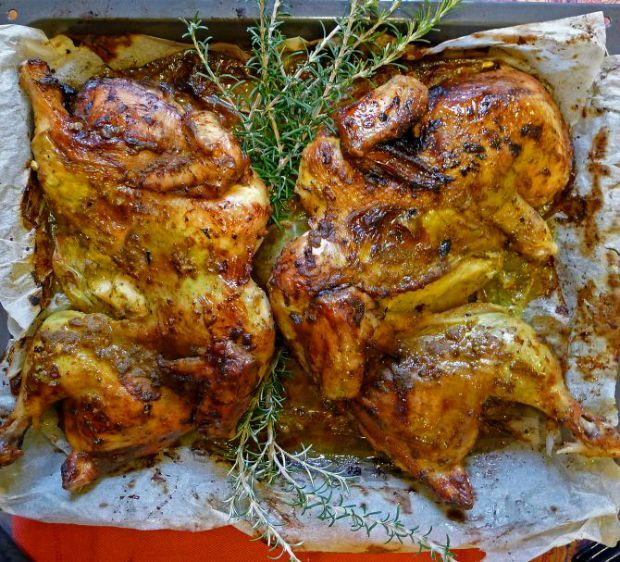 Για βιαστικούς και αρχάριους στο ψήσιμο, να μια μέθοδος που σίγουρα πετυχαίνει! Τα τεράστια πουλιά με το εξαιρετικά πλούσιο στήθος τρομάζουν πολλές μαγείρισσες και μάγειρες που αναλογίζονται με δέος τις πολλές ώρες που χρειάζονται για να ψηθούν. Το κρέας της γαλοπούλας, αλλά και κάθε πουλερικού, γίνεται νοστιμότατο αν ακολουθήσετε τις οδηγίες που σας δίνω.