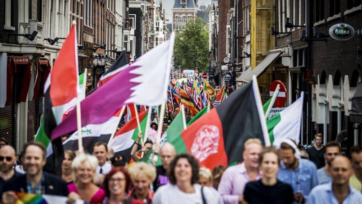 De loop trok van het Vondelpark naar de Dam. Deelnemers droegen vlaggen mee van landen waar de situatie van homo's, lesbiennes, transgenders en biseksuelen zorgelijk is.