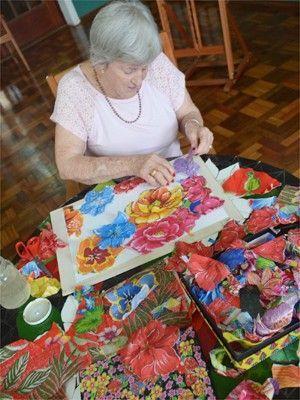 Tetê usa retalhos de chita para compor quadros, vendidos por até R$ 1,2 mil (Foto: Felipe Turioni/G1)