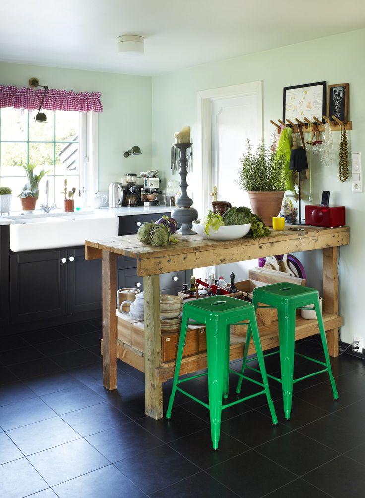Kjøkken med alternativ benk som kjøkkenøy.