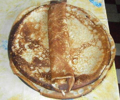 Supersnel recept van Jeroen Meus: alle ingrediënten voor het pannenkoeken beslag in een blender mixen, pan invetten op een heet vuur en bakken maar.