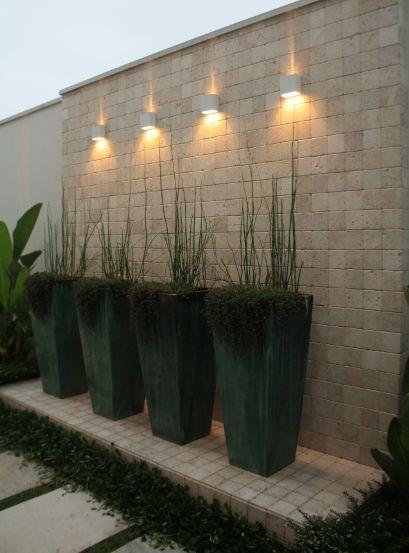 Vasos Cia das Folhas, pedras Palimanan e iluminação Luminni.