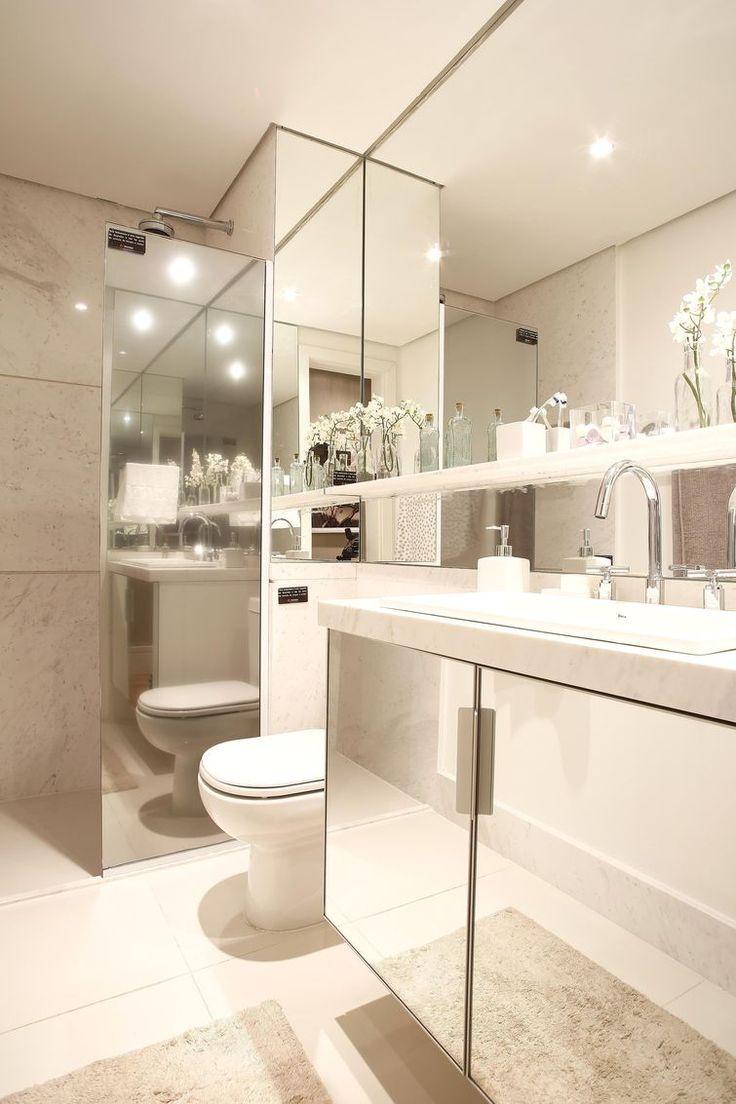 Banheiro com box espelhado é muito lindo! Mesmo sendo uma parte com uma função específica, não podemos deixar a escolha do box para banheiro as margens do projeto do banheiro. A escolha correta permite manter unidade e beleza em seu banheiro, pois o box deve combinar com o restante da composição do banheiro. Pense no banheiro como um todo, seus revestimentos, janelas, móveis e louças.