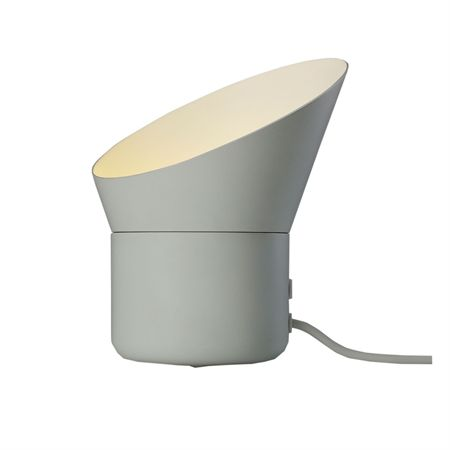 Up lampa från Muuto, formgiven av Mattias Ståhlbom. Up mixar ljus och skugga vilket skapar en varm och mysig atmosfär vart man än placerar lampan. LED-lamporna i Up riktar ljuset rakt upp med hjälp av lampskärmen, som kan roteras 360 grader, samtidigt som dimfunktionen möjliggör att du själv kan kontrollera både ljusstyrka och stämning i rummet.