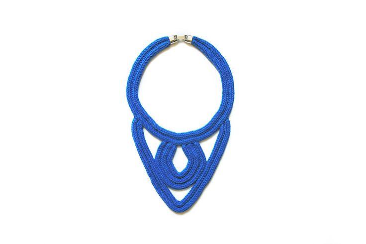 collier plastron pointu bleu par rhizomknitwear sur Etsy https://www.etsy.com/fr/listing/230970920/collier-plastron-pointu-bleu