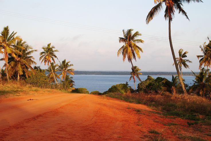 https://flic.kr/p/zLV3xS | Vermelho e azul, areia e mar | Mongue | Moçambique