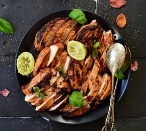 För att få kycklingen så safitg och smakrik som möjligt tycker jag att det bästa sättet är att lägga den i marinad (helst över natten), steka en rejäl yta, inte så den blir bränd men det...