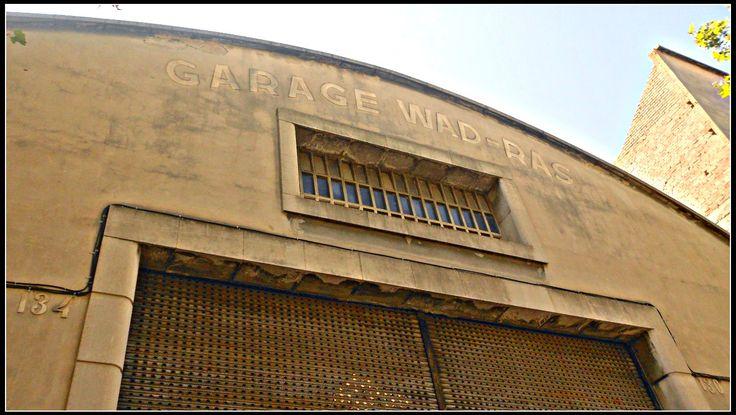 El garatge tenia capacitat per a 100 vehicles i estava destinat al transport de mercaderies. Wad-Ras era el nom en aquella època del carrer Doctor Trueta.