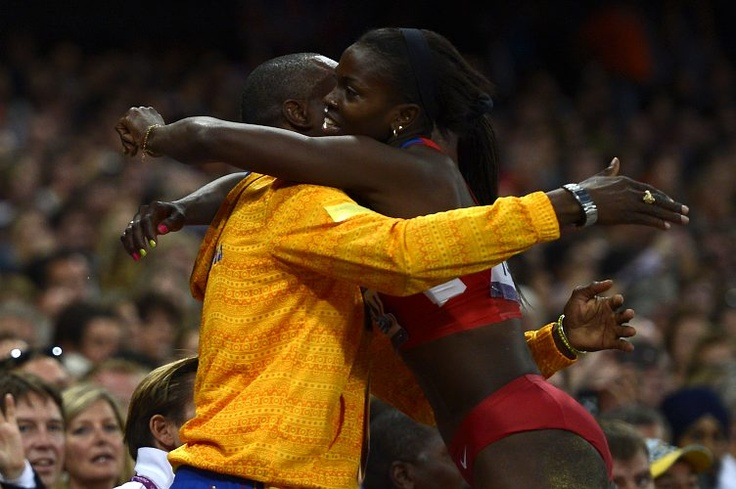 ¡El júbilo de la victoria! Caterine Ibargüen abraza a su entrenador al ganar la medalla de plata en salto triple. (AFP/VANGUARDIA LIBERAL)