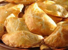 Маленькие (крошечные) пирожки с курицей: начинка: репчатый лук – 1-2 шт. масло сливочное – 40 г (3 ст.л.) куриное мясо – 1,5 ст. куриный бульон – 3 ст.л. черный молотый перец – 1/4 ч.л. приправа для птицы – 1/4 ч.л. сливочный сыра (Филадельфия) – 100 г (можно заменить густой сметаной) тесто: мука – 1/2 стакана паприка – 1/2 ч.л. сливочное масло (охлажденное) – 200 г холодная вода – 5 ст.л.