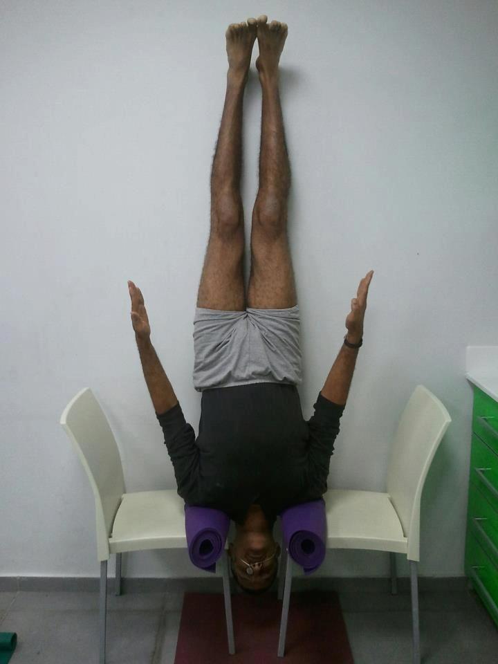 Les 61 meilleures images du tableau sirsasana sur for Chaise yoga iyengar
