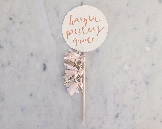 Topper de la torta / caligrafía moderna oro rosa / mano personalizado con letras / Blush rosa borlas de oro vestido globo cumpleaños boda Baby Shower /