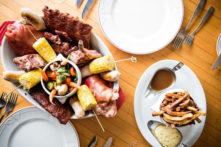 Le Méga Tout Cochon: plat à partager pour 4 personnes minimum. Joues de cochon confites, côtes levées, boudin blanc, jarret de porc, côte de porc fumées, frites au parmesan , légumes et sauce BBQ , jus de braisage et sauce gribiche  .