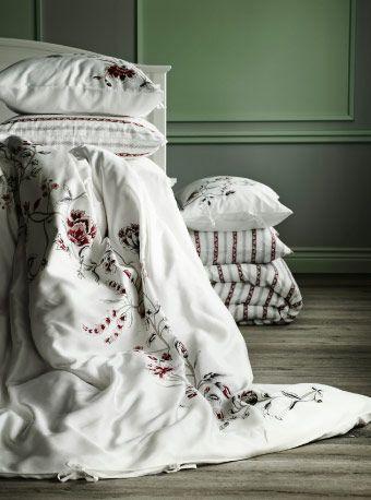 Verschiedene Bettwäsche-Sets mit Blumen- oder Streifenmuster, u. a. 3-teiliges RÖDBINKA Bettwäsche-Set weiß/geblümt