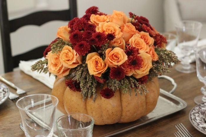 centre de table rustique: composition florale en vase-citrouille sur plateau