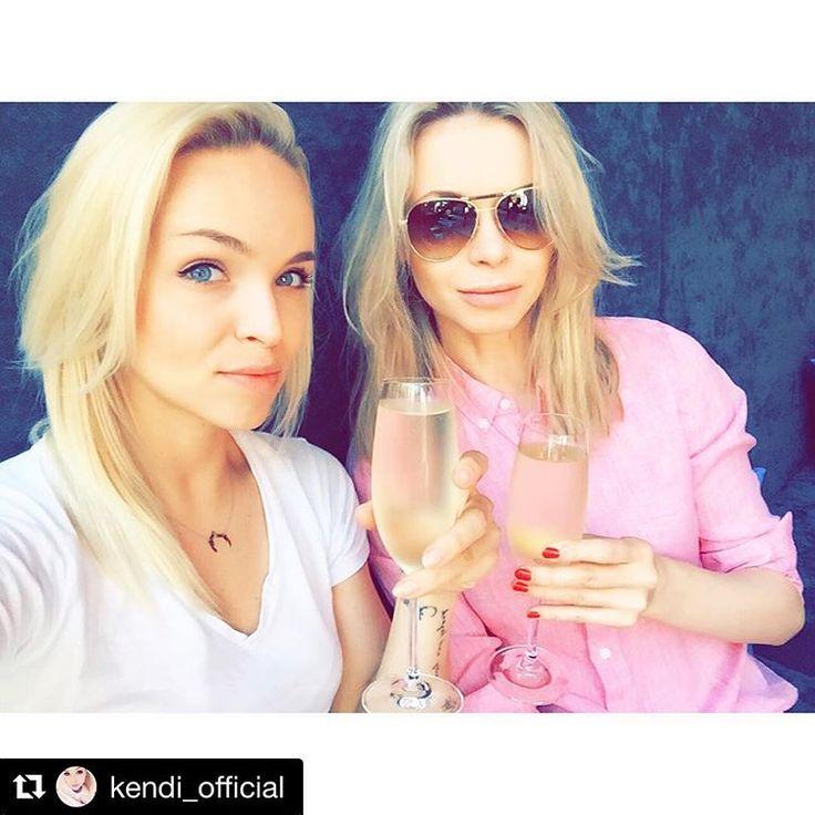 🍾 @kendi_official 👯#lunch #meeting #selfie #prosecco #restauracja #restaurant #zmianaklatu @zmiana_klimatu #polishgirl #blondgirl #friends