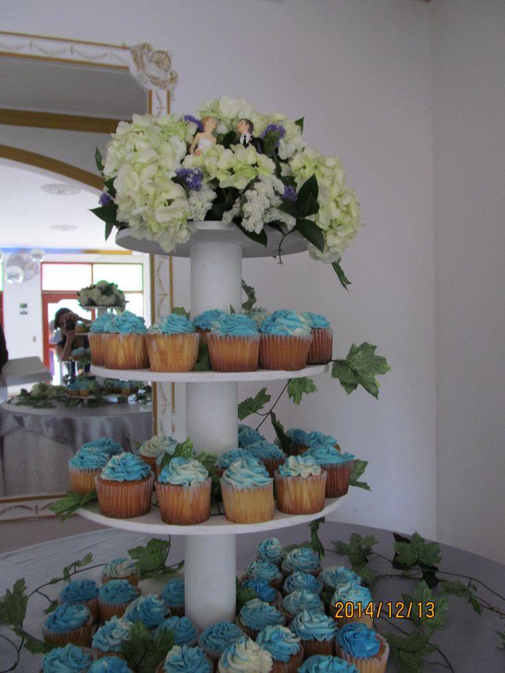La torta, con detalles azules