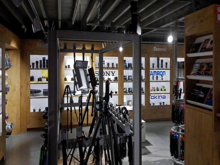 Voor Cameratools in Apeldoorn heeft Solar Light een lichtplan gerealiseerd waarbij voor de kantoren, instructie ruimte en fotostudio Solar Light LED panelen met opbouwranden zijn toegepast. Voor het magazijn werden er Solar Light EPL LED armaturen geplaatst, de verkeersruimten zijn ingevuld met Solar Light Upload LED 1000Lm. In de werkplaats pasten we de Solar Light KLL LED High Bay toe en in de showroom/winkel de Solar Light Global Pro 3-fasen rail met LED armaturen. #solarproject…